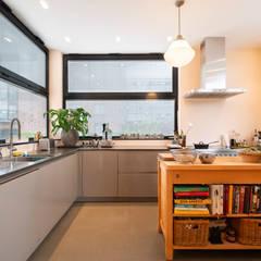 praktische en royale keuken met veel werkruimte:  Keuken door Architect2GO