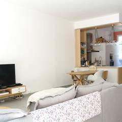 Rénovation d'une maison de ville: Salon de style de style Scandinave par Sarah Archi In'