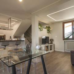 Residenza A+C, Misano Adriatico: Sala da pranzo in stile  di Architettura & Interior Design 'Officina Archetipo'