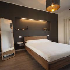 Residenza A+C, Misano Adriatico: Camera da letto in stile  di Architettura & Interior Design 'Officina Archetipo'