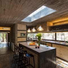 CASA M:  Kitchen by Rivadeneyra Arquitectos