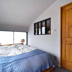 A邸: TRANSFORM  株式会社シーエーティが手掛けた寝室です。,インダストリアル