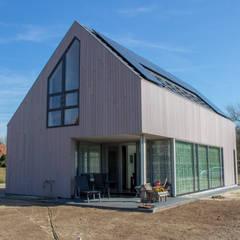 Moderne duinwoning in Castricum:  Huizen door Nico Dekker Ontwerp & Bouwkunde
