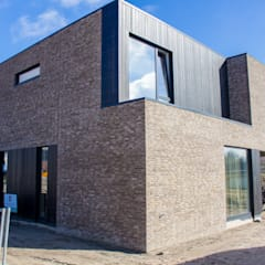 Moderne kubuswoning in plan Vaart Alkmaar:  Huizen door Nico Dekker Ontwerp & Bouwkunde