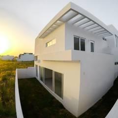 Fachada posterior atardecer: Casas unifamiliares de estilo  por Constructora e Inmobiliaria Catarsis