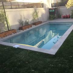 Quincho, Terraza y Piscina por ARQSOL: Piscinas de jardín de estilo  por Arqsol