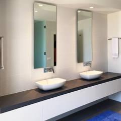 Remodelação Habitação - Barrô: Casas de banho modernas por GAAPE - ARQUITECTURA, PLANEAMENTO E ENGENHARIA, LDA