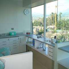 Box dental y mobiliario de oficina integrados: Oficinas y Comercios de estilo  por Arqsol