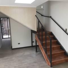 Escalera para ir al segundo piso: Escaleras de estilo  por Arqsol