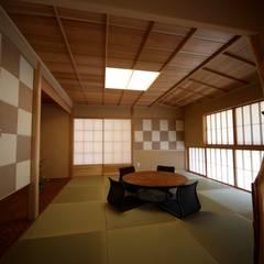 Salas de entretenimiento de estilo  por 株式会社高野設計工房