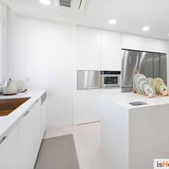 미니멀 인테리어의 품격 58평 송도아파트 : 이즈홈의  주방