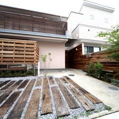 玄関までのアプローチ: 株式会社高野設計工房が手掛けた庭です。