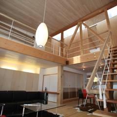 リビング階段より吹抜けをみる: 株式会社高野設計工房が手掛けたリビングです。
