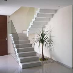 Escaleras de estilo  por ·Urenda· Arquitectura