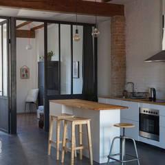 Casa Industrial: Cocinas integrales de estilo  de Baobab Arquitectura