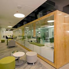 EVERIS: Oficinas y tiendas de estilo  por IN - OUT ARQUITECTURA