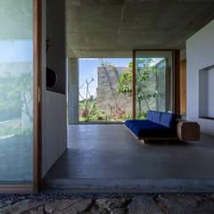 南城市の家: STUDIO COCHI ARCHITECTSが手掛けた廊下 & 玄関です。