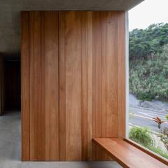 南城市の家: STUDIO COCHI ARCHITECTSが手掛けたサンルームです。