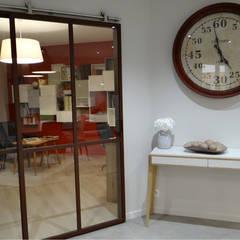 OSER LE ROUGE À ST-HILAIRE-DE-CHALÉONS: Salle à manger de style de style Moderne par UN AMOUR DE MAISON