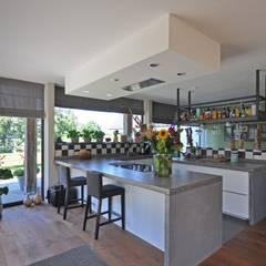 Schuurwoning:  Keuken door Bongers Architecten