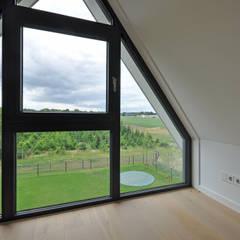 Eigentijdse woning:  Slaapkamer door Bongers Architecten