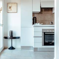 AMA: Cucina attrezzata in stile  di COBE architetti