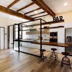 Cocinas integrales de estilo  por COBE architetti