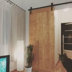 Puerta madera rústica con guia industrial de hierro: Comedores de estilo  de Casolart