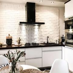 Nowoczesna, czarno-biała kuchnia z okapem przyściennym: styl , w kategorii Kuchnia na wymiar zaprojektowany przez GLOBALO MAX