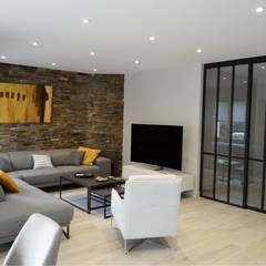 MODERNISME MINÉRAL À GRANDCHAMPS-DES-FONTAINES: Salon de style de style Moderne par UN AMOUR DE MAISON