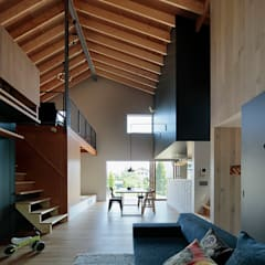 Living room by 稲山貴則 建築設計事務所,