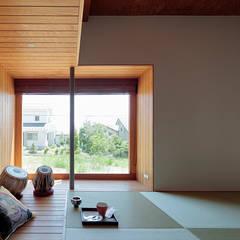 Salas multimedia de estilo  por 稲山貴則 建築設計事務所