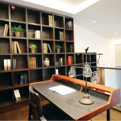 2F - 가족룸과 개인 공간 Family Room : 더존하우징의  서재 & 사무실
