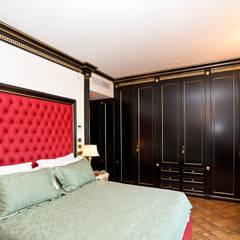 Camera da letto: Camera da letto in stile  di Turati Boiseries