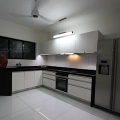 BLACK & WHITE:  Kitchen units by SPACCE INTERIORS