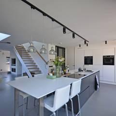 Eigentijdse woning:  Keuken door Bongers Architecten