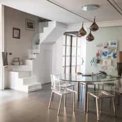 CASA M+V: Sala da pranzo in stile  di formatoa3 Studio