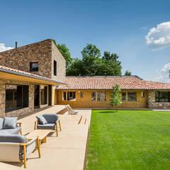 Casa en la Cerdanya: Casas de madera de estilo  de dom arquitectura