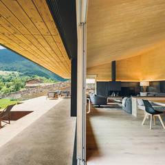 Casa en la Cerdanya: Salones de estilo moderno de dom arquitectura