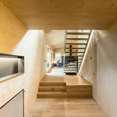 Casa en la Cerdanya: Escaleras de estilo  de dom arquitectura