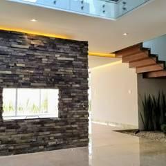 VESTIBULO CON CHIMENEA: Pasillos y recibidores de estilo  por Herrera Arquitectos H&H