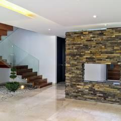 CHIMENEA SALA COMEDOR: Pasillos y recibidores de estilo  por Herrera Arquitectos H&H