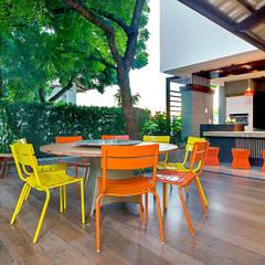 Residência: Jardins de fachadas de casas  por RI Arquitetura