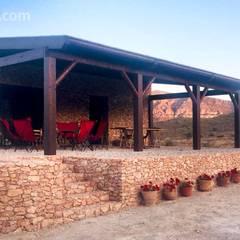 Pérgola para casa rural: Terrazas de estilo  de NavarrOlivier
