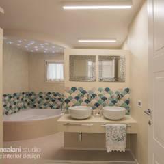 ห้องน้ำ โดย Rachele Biancalani Studio, เมดิเตอร์เรเนียน