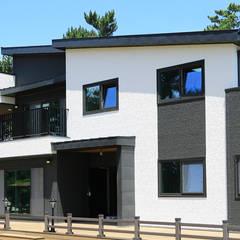 넓은 포치 공간이 인상적인 모던하우스 (경기도 화성시): 더존하우징의  목조 주택