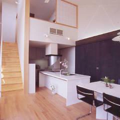 フレミングハウス ダイニングキッチン: 原 空間工作所 HARA Urban Space Factoryが手掛けたキッチン収納です。