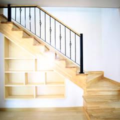 1층 계단: 더존하우징의  계단