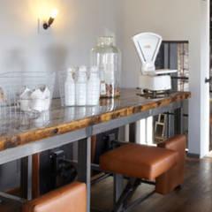 Lange tafel met vaste zittingen:  Bars & clubs door Bob Nisters
