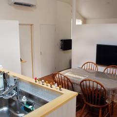 Square in cross: 丸菱建築計画事務所 MALUBISHI ARCHITECTSが手掛けたキッチン収納です。